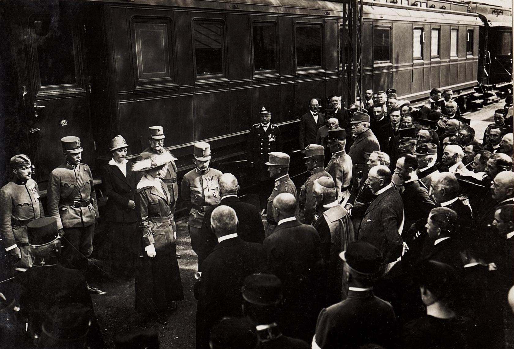 A királyi pár fogadása a gyöngyösi pályaudvaron. 1917. május 23. Kép: K.u.k. Kriegspressequartier, Lichtbildstelle - Wien - https://www.bildarchivaustria.at / Wikimedia Commons