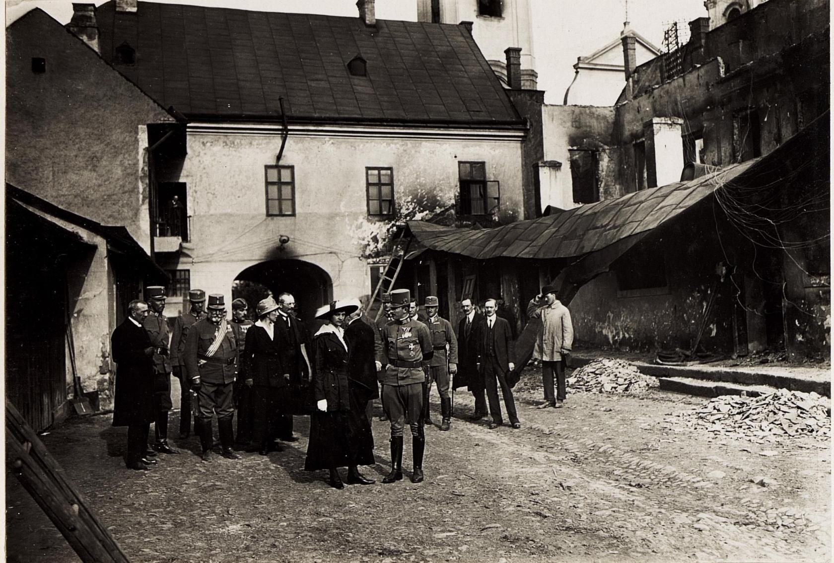 A királyi pár a városháza udvarán. 1917. május 23. Kép: K.u.k. Kriegspressequartier, Lichtbildstelle - Wien - https://www.bildarchivaustria.at / Wikimedia Commons
