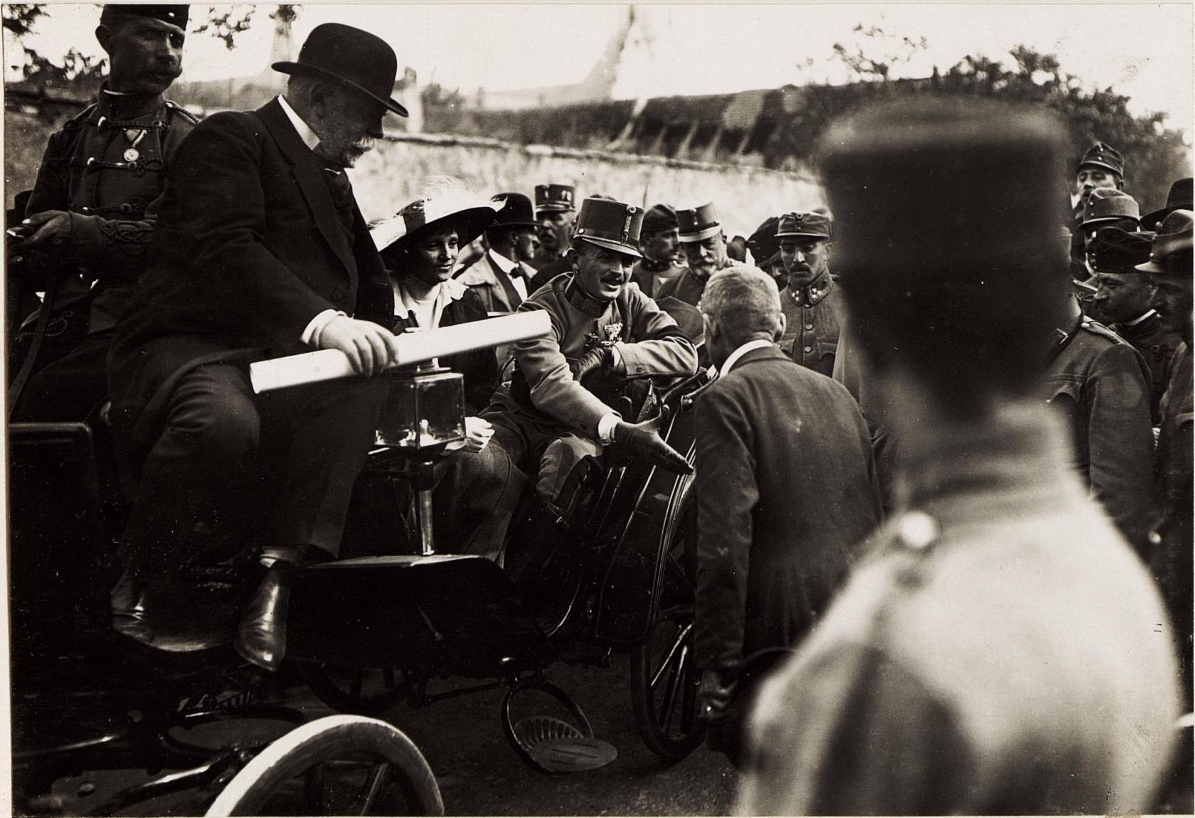 IV. Károly tűzkárosultakkal beszél. 1917. május 23. Kép: K.u.k. Kriegspressequartier, Lichtbildstelle - Wien - https://www.bildarchivaustria.at / Wikimedia Commons