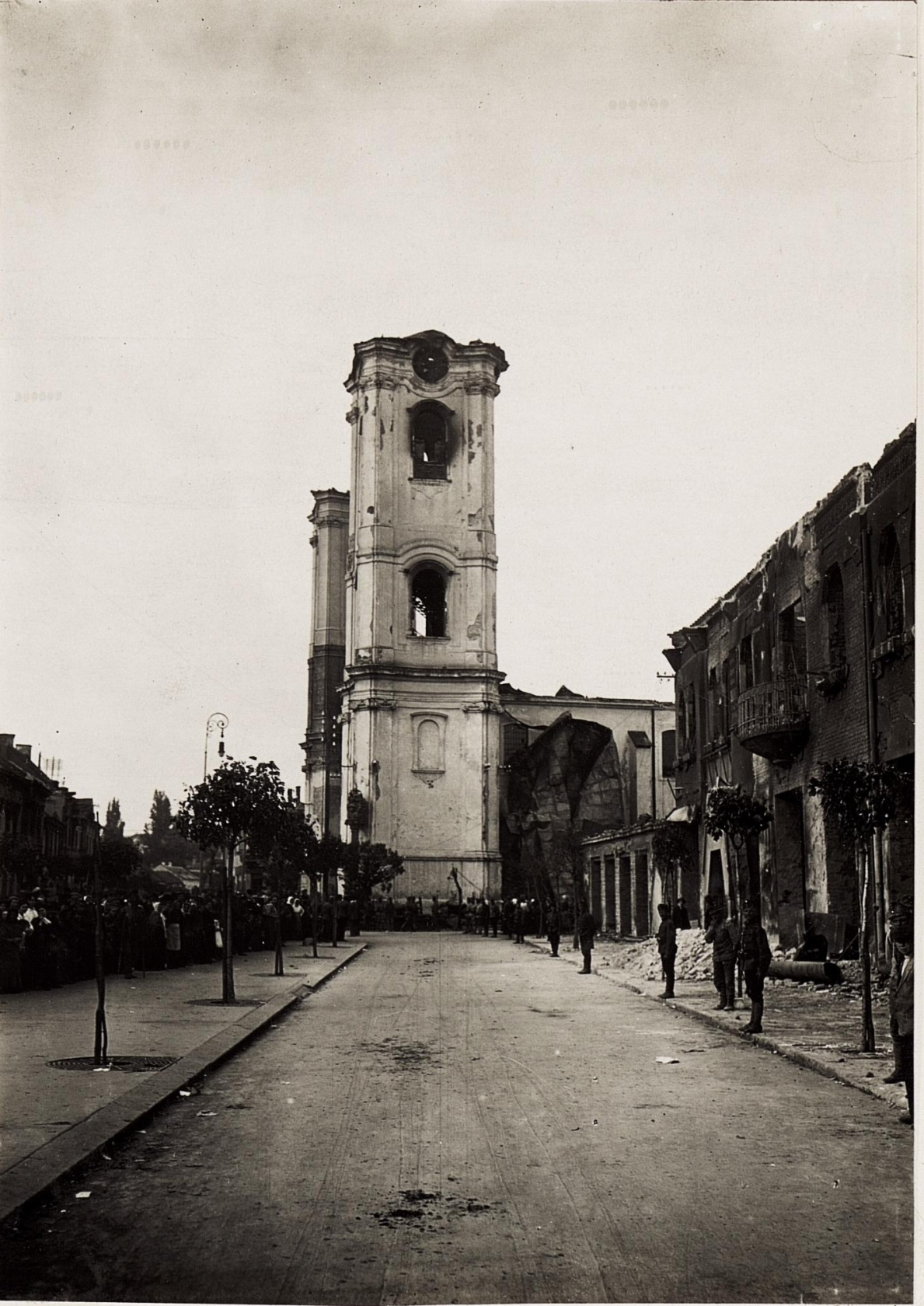 A Szent Bertalan templom a Hanisz térrel. 1917. május 23. Kép: K.u.k. Kriegspressequartier, Lichtbildstelle - Wien - https://www.bildarchivaustria.at / Wikipedia Commons