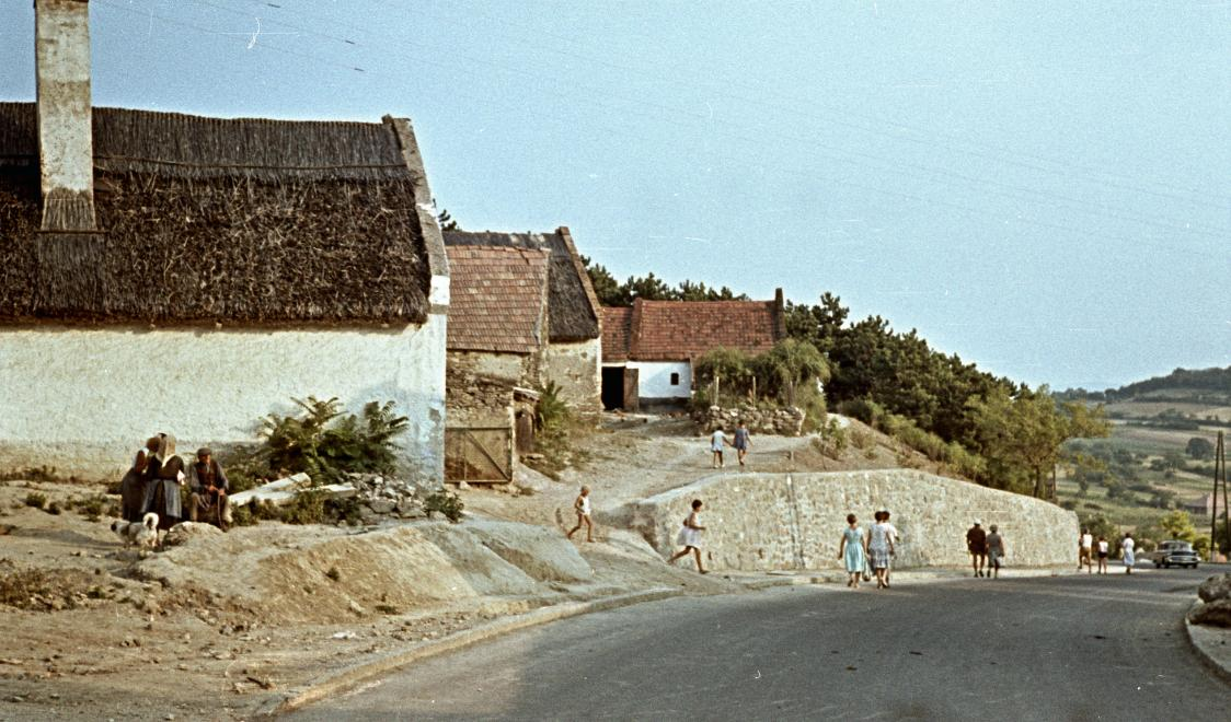 A Kossuth Lajos utca, balra a Petőfi Sándor utca torkolata 1963-ban. Kép: Fortepan / Herbály István