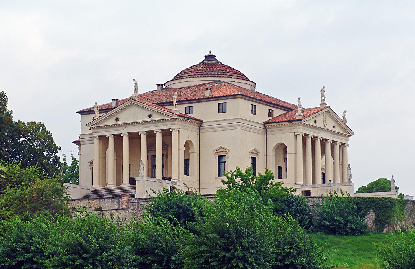 La Rotonda vagy Villa Almerico-Capra<br /><br />Ez a szimmetrikus elrendezésű villa az egyik legjelentősebb alkotása. A centrális épület mind a négy oldalán monumentális portikusz található, középen emelkedik ki a központi teret fedő kupola.<br /><br />Kép: Wikimedia Commons / Philip Schäfer