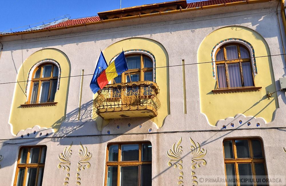 Láthatóak a sgraffitószerű magyaros díszek, illetve kovácsoltvas erkély. Kép: oradea.travel
