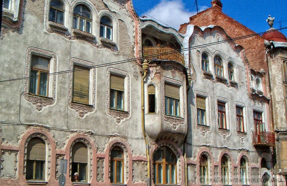 Az első háznak bonyolultabb a homlokzata, de harmonizál a másik épületével. Kép: oradea.travel