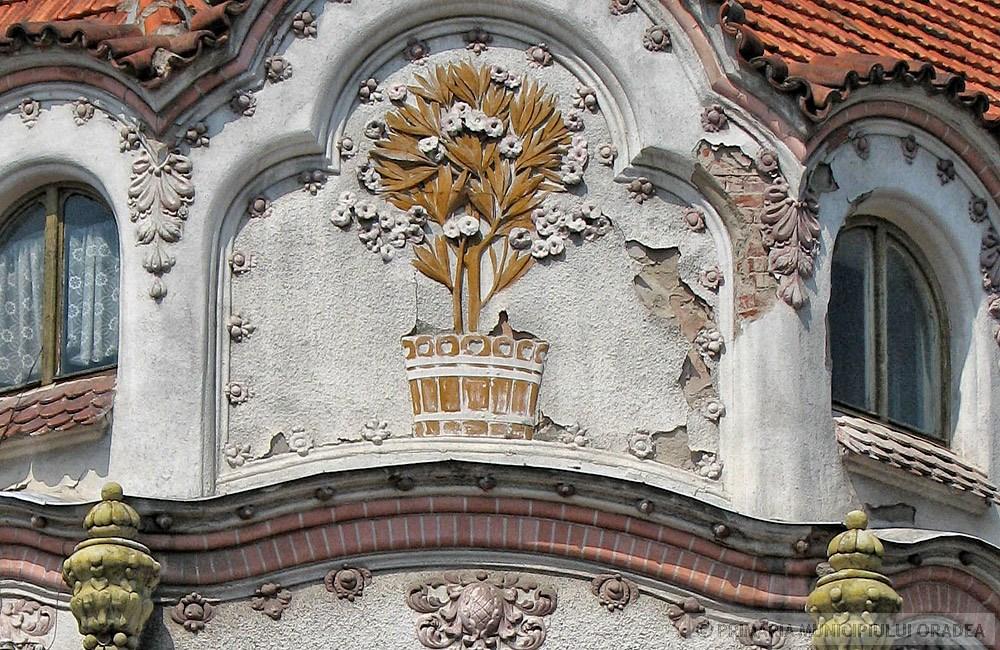 Virágmotívum az oromzaton. Kép: oradea.travel