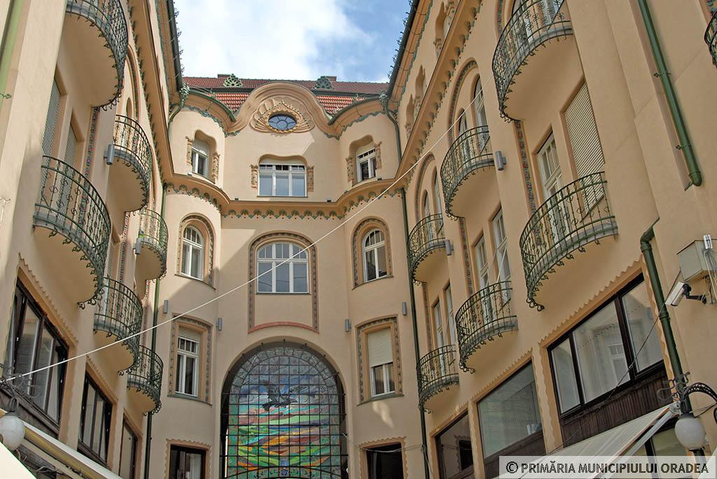 A belső homlokzat csodálatos kovácsoltvas erkélyekkel és ablakkeret díszítésekkel, valamint a fekete sast ábrázoló ólomüveggel. Kép: oradea.travel/hu
