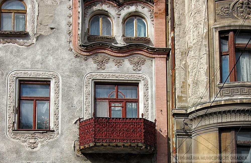 Ikerablakok szintén megjelennek a tagoltabb házon. Kép: oradea.travel