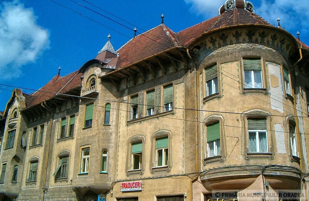 Különleges zárterkélyek, a kép még a felújítás előtt készült. Kép: oradea.travel