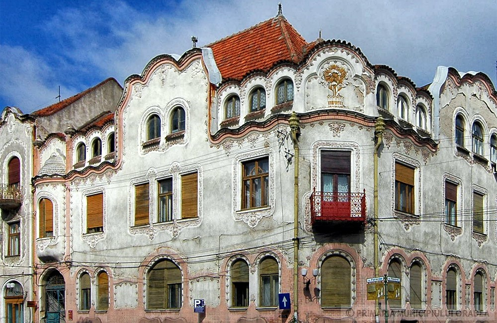 Jellegzetes sarokkiképzés kovácsoltvas erkéllyel. Kép: oradea.travel