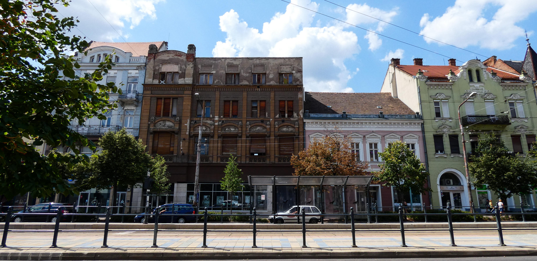 A Steinfeld-ház szépen illeszkedik a Piac utcai házsorba, a mellette lévő egyemeletes ház lóg ki a sorból, mivel jóval alacsonyabb.