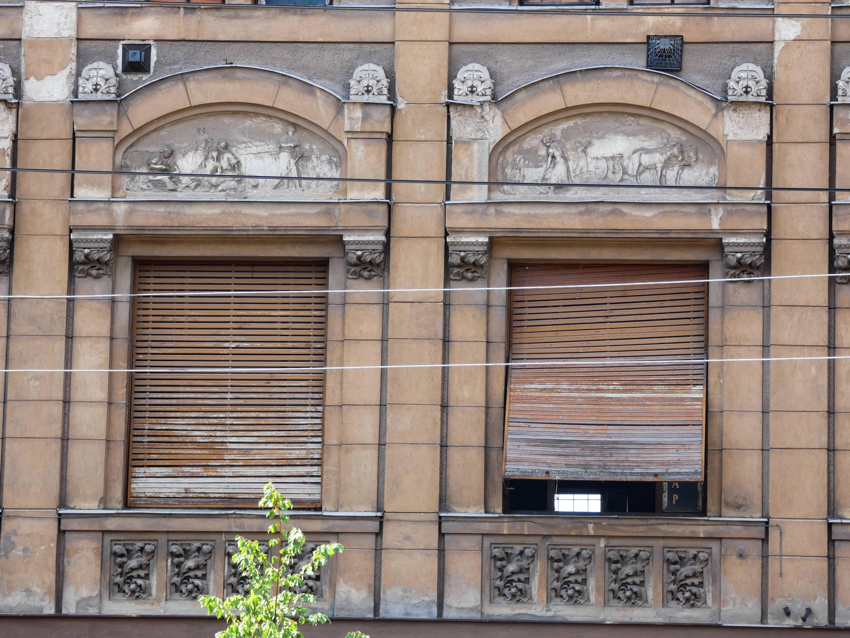 Ősrégi redőnyök védik az ablakokat.