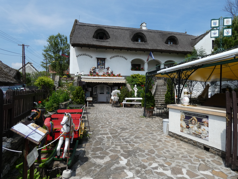 A Babamúzeum is egy régi tornácos, nádfedeles házban kapott helyet.