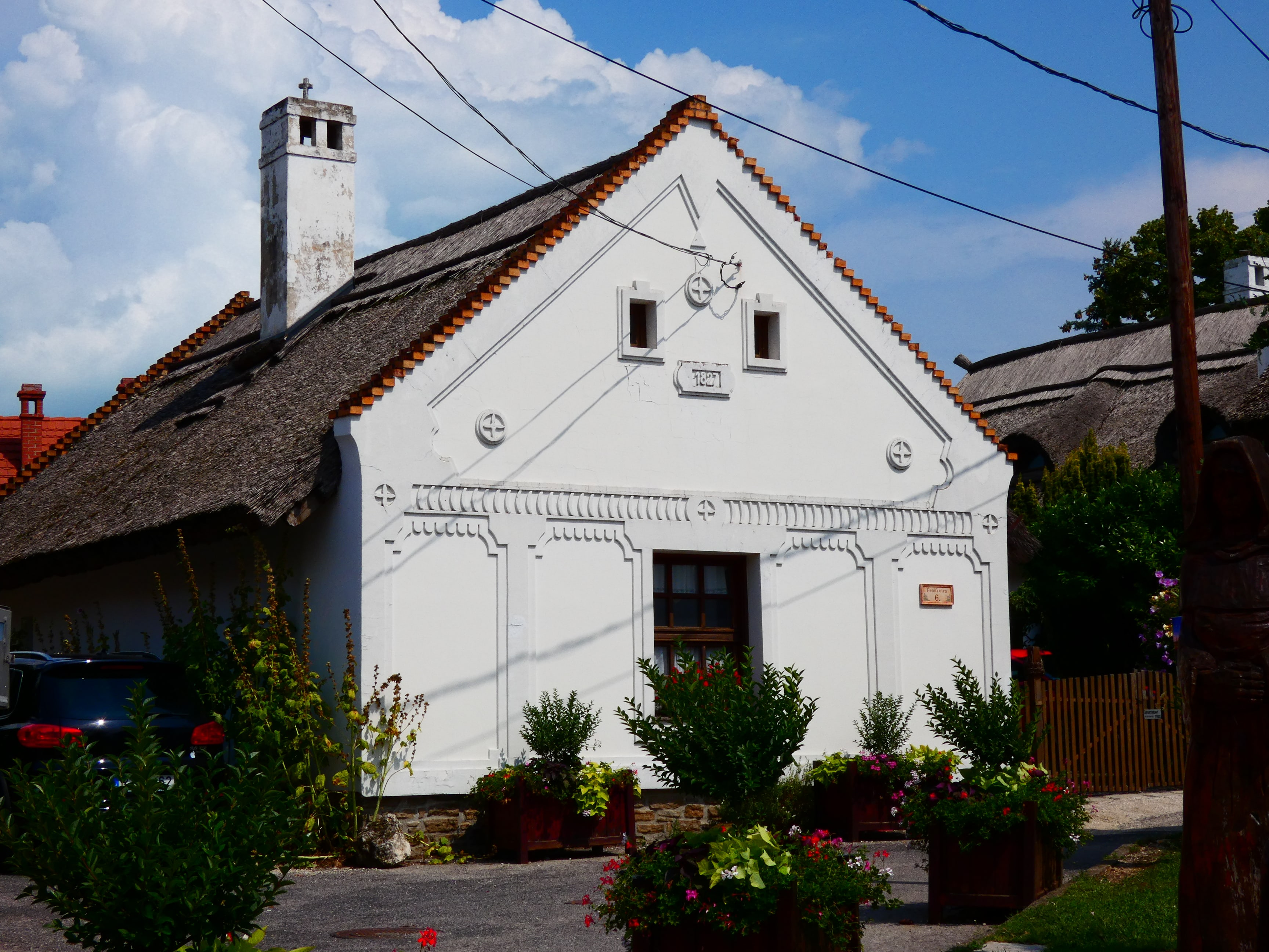 Ebben a 19. századi, szépen felújított házban most panzió működik a Petőfi Sándor utcában.