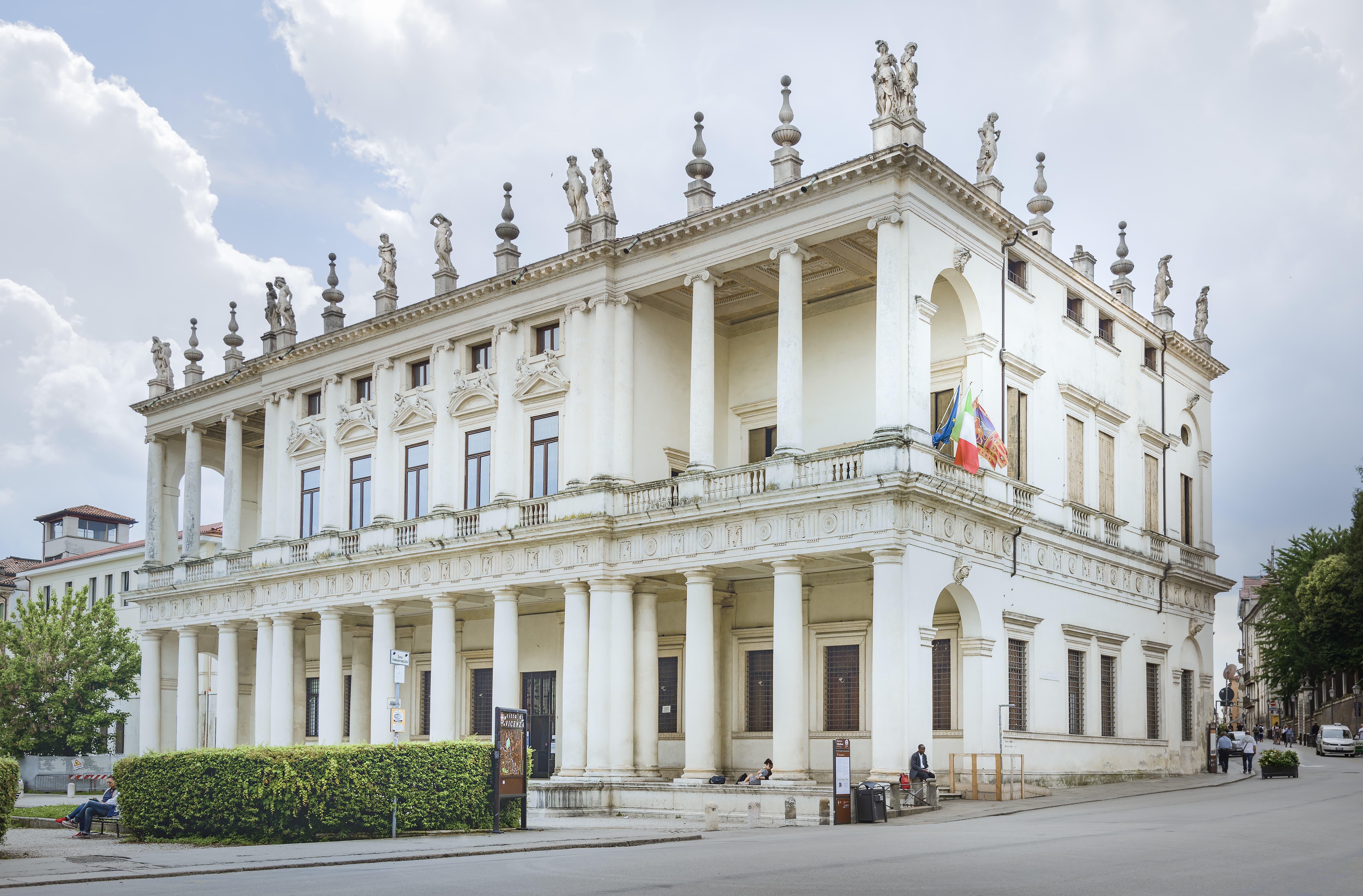 Palazzo Chiericati, Vicenza<br /><br />Giovanni Chiericati megbízatásából kezdték el építeni az 1550-es évek elején. Viszonylag későn, 1680-ban fejezték csak be. A legtöbb művétől eltérően itt igen változatos kialakítással találkozunk. <br /><br />Kép: Wikimedia Commons / Didier Descouens<br />