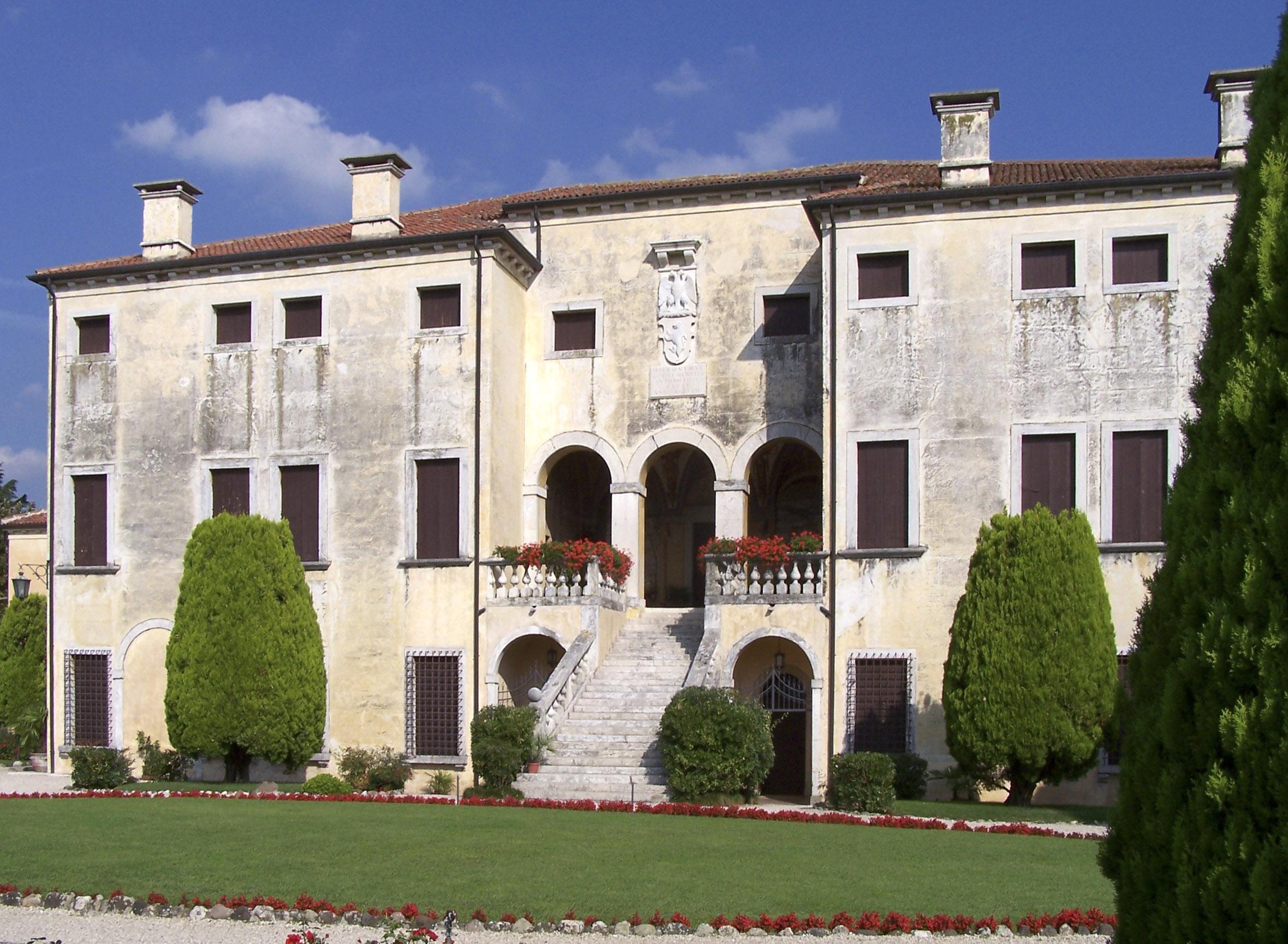 Villa Godi, Lugo di Vicenza<br /><br />1537 és 1542 között épült Girolamo, Pietro és Marcantoni Godi testvérek megbízásából. A díszítetlen villa földszintjén jelenleg egy régészeti múzeum működik.<br /><br />Kép: Wikimedia Commons / Dogears