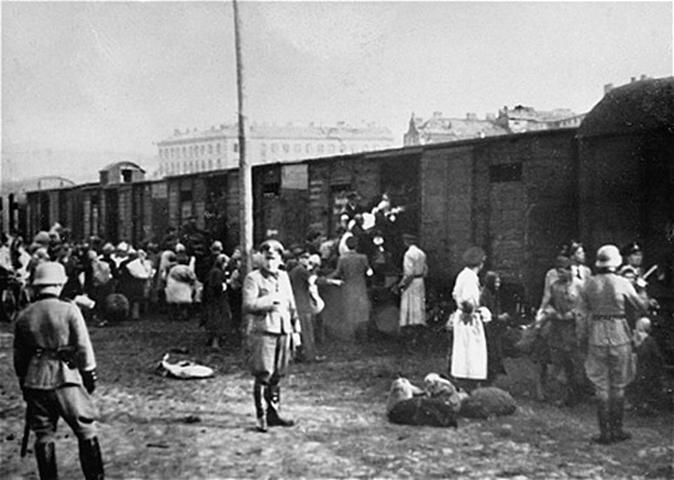Umschlagplatz, a zsidókat terelik a vagonokba.