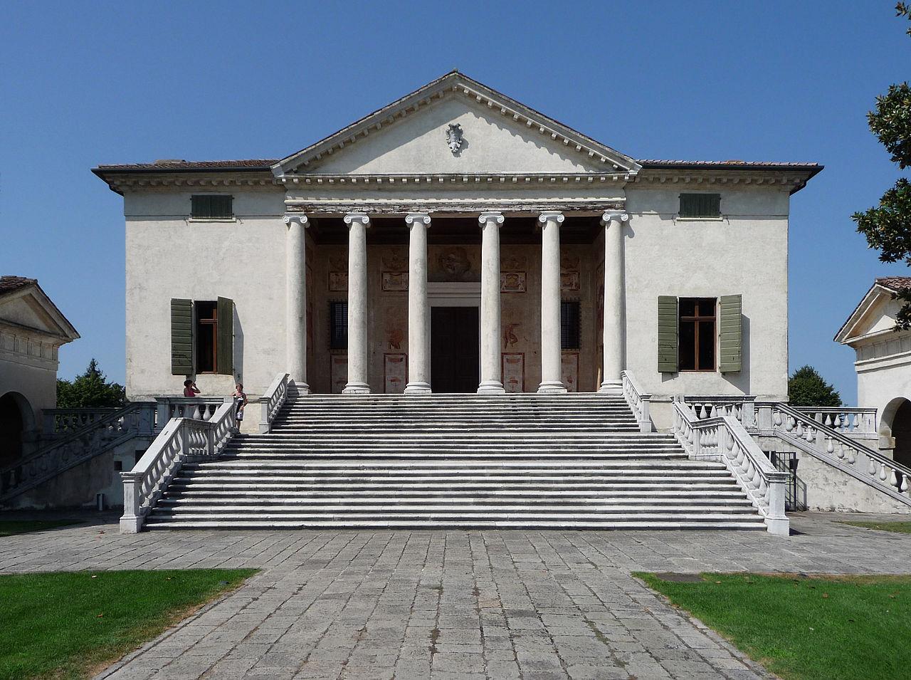 Villa Badoer, Fratta Polesine<br /><br />A tervet Palladio 1556-ban készítette, a rá következő évben el is kezdték az építkezést, melyet 1565-ben fejeztek be. Egy középkori kastély helyén áll, ez lehet az oka annak, hogy ilyen magas alapon található.<br /><br />Kép: Wikimedia Commons / Marcok