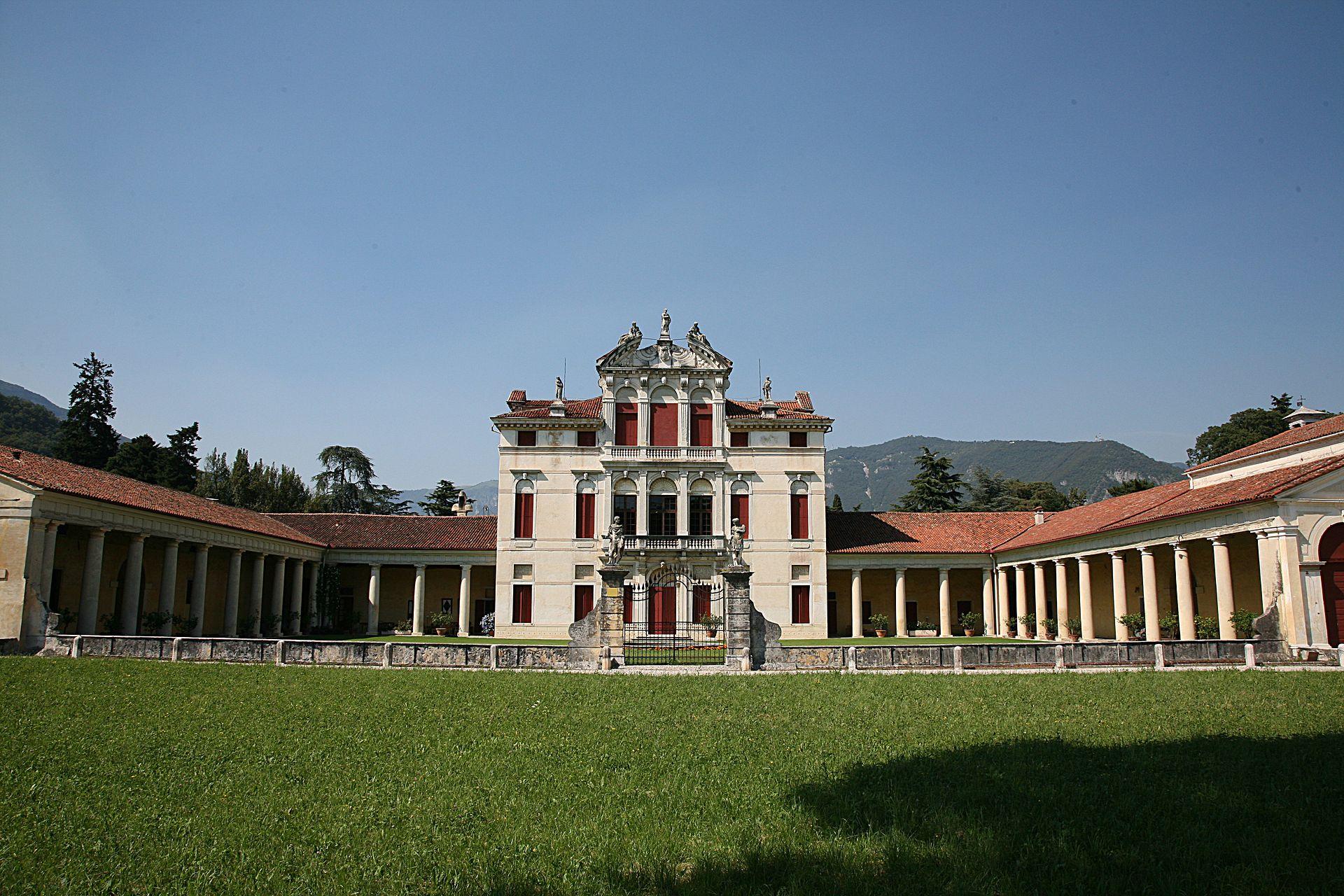 Villa Angarano, Bassano del Grappa<br /><br />Az 1540-es évek végén vagy az 1550-es évek elején kezdődtek az építési munkálatok. Az eredeti tervek sajnos nem valósultak meg teljes egészében, valószínűleg a megbízó anyagi gondjai miatt. A központi épület végül Baldassarre Longhena tervei szerint készült el, nem palladioi stílusban.<br /><br />Kép: Wikimedia Commons / Hans A. Rosbach