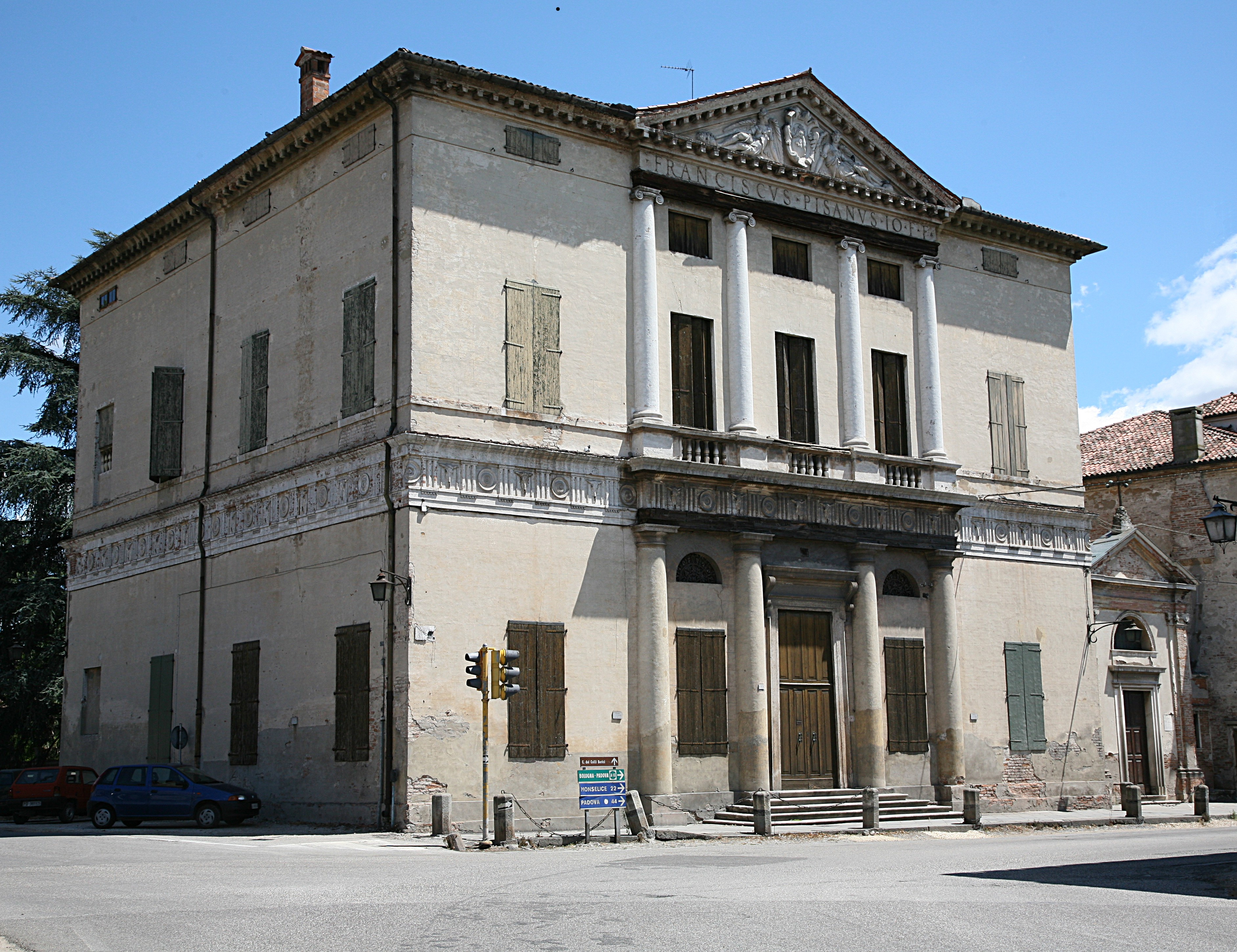 Villa Pisani, Montagnana<br /><br />Francesco Pisani kardinális kérésére készítette a terveket Palladio 1552-ben, a villa Montagnana város falain kívül található. Érdekessége, hogy a városi homlokzat a piazzára néz, a vidéki homlokzat pedig a kertekre.<br /><br />Kép: Wikimedia Commons