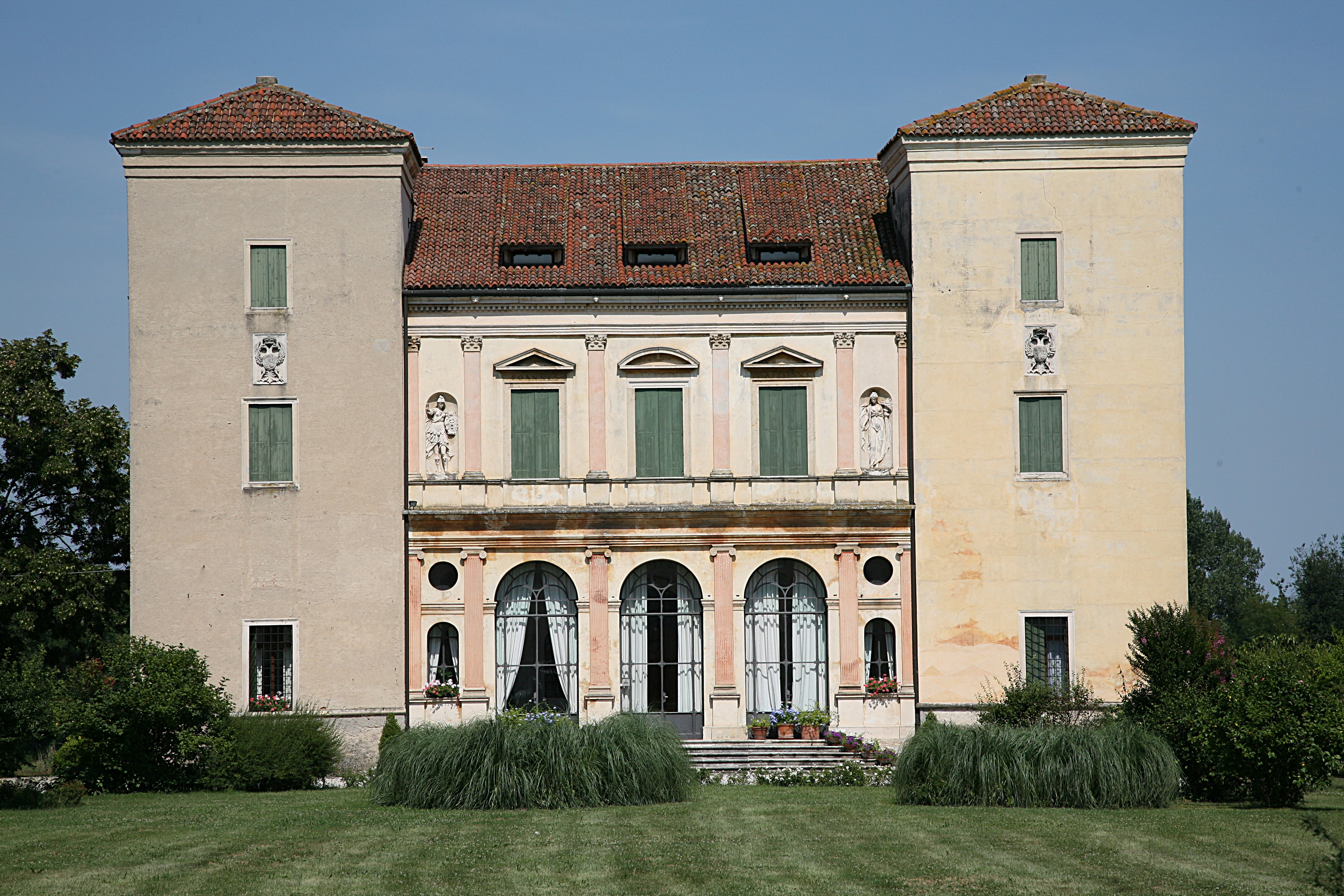 Villa Trissino, Trettenero<br /><br />Patronusának, Gian Giorgio Trissinonak a villája.<br /><br />Kép: Wikimedia Commons / Hans A. Rosbach