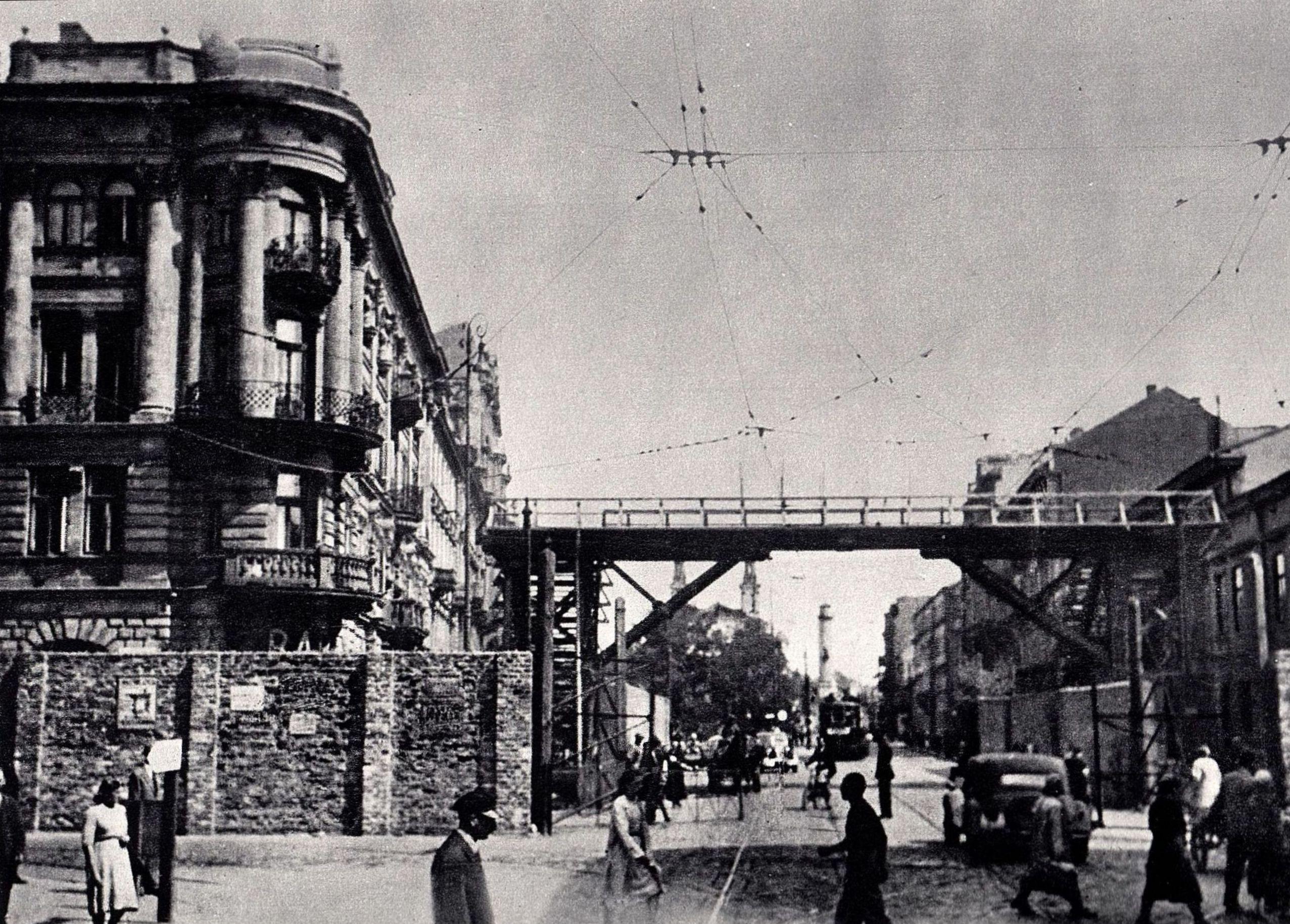 Gyaloghíd köti össze a gettó két részét.