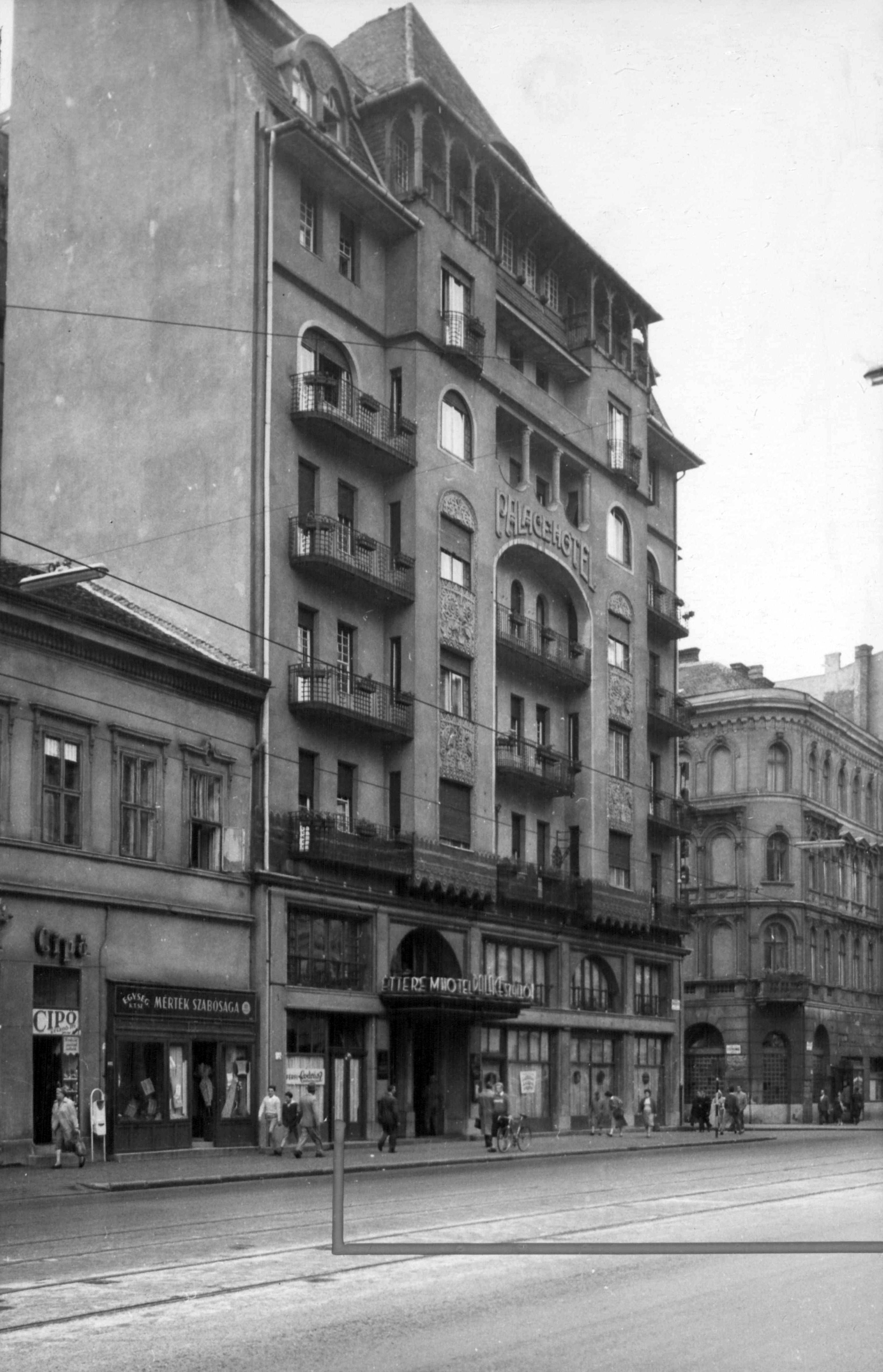 Itt még a szomszédos épület jóval alacsonyabb volt. Kép: Wikimedia Commons
