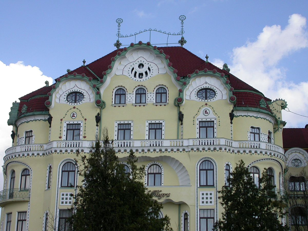 Bár az épületegyüttes alapjában véve aszimmetrikus, részleteiben a szimmetria kiemelt szerepet kap. Kép: Wikipedia