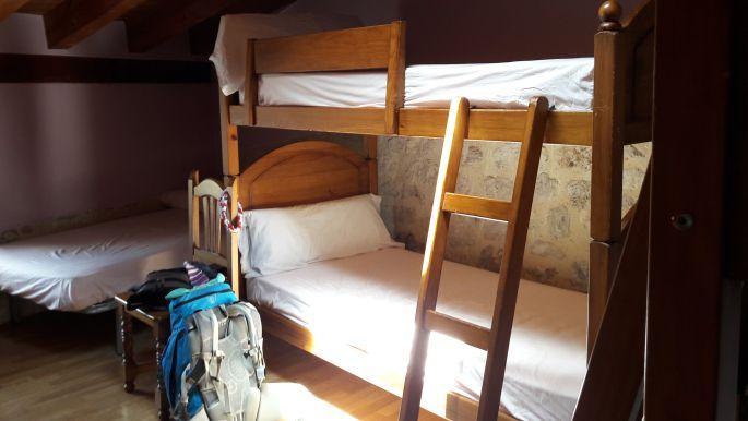 El camino Hontanas, Albergue Puntido, az ott lent az én ágyam, a szék karfáján pedig a csősál
