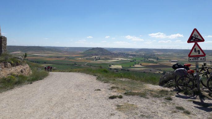 El camino, fenn az Alto de Mosterales tetején, visszapillantva Castrojerizre