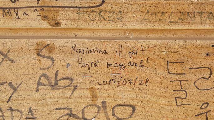 El camino, fenn az Alto de Mosterales tetején, egy magyar üzenet a pihenőház belsejében :-)