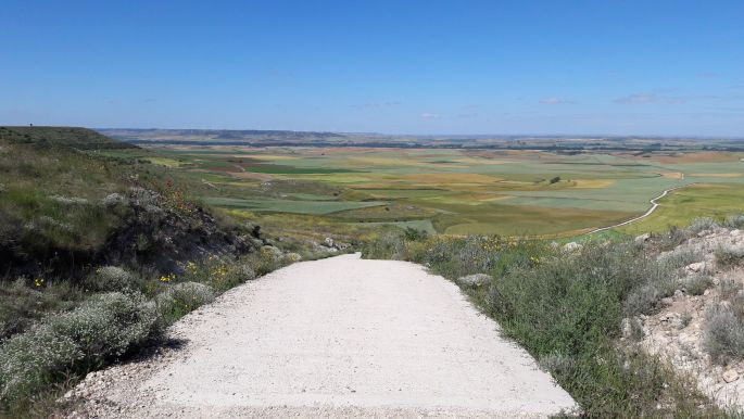 El camino, fenn az Alto de Mosterales tetején, előre tekintve a 18%-os lejtőn