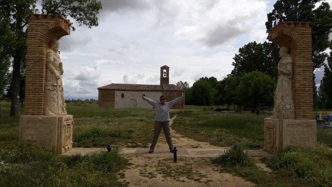 El camino, háttérben az Ermita de la Virgen del Puente, előtte pedig Erika erősködik :-)