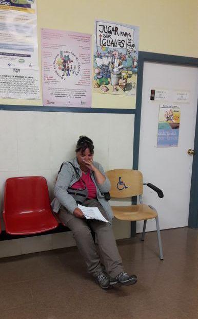 El camino, Sahagún, Erika az orvosi rendelőben a vizsgálatra várva