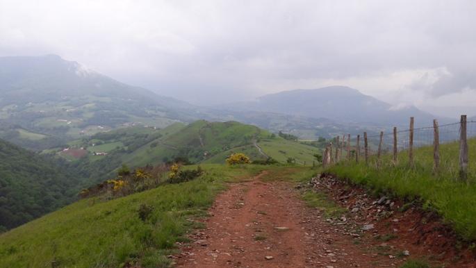 Pireneusok. Az út még mindig felfelé vezet csak visszafelé is fényképeztem.