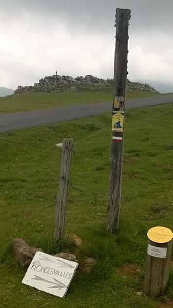 Pireneusok, útjelző tábla mutatja az irányt Roncesvalles felé, háttérben a Mária-szobor.
