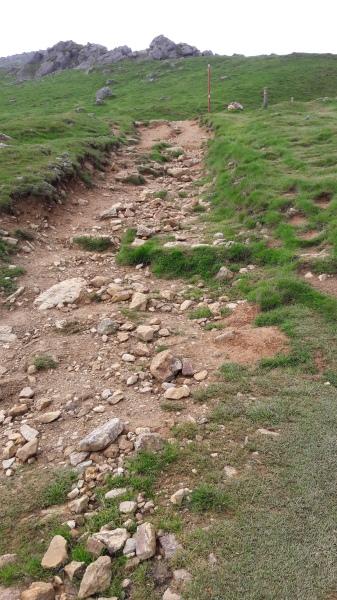 Pireneusok, meredek köves út vezet a hegytető felé.