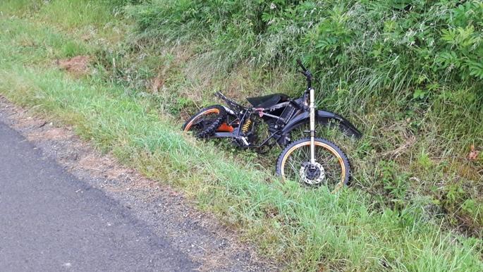 Egy elhagyott motor útban Honto felé.