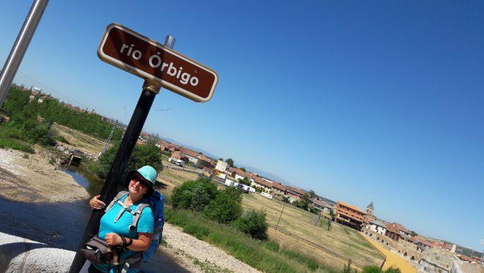 El camino, Hospital de Órbigo, a leghosszab híd és jómagam. A fotót Erika készítette, akinek a kedvenc beállítása a 45 fokban döntött kompozíció volt... :-)
