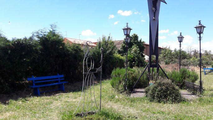 El camino, Hospital de Órbigo, az albergue hátsó kertje a rozmaring bokorral