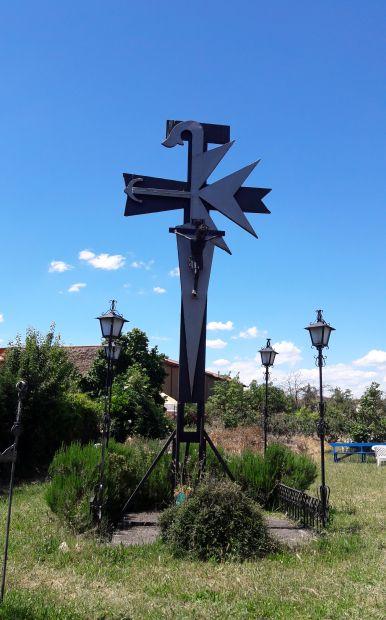 El camino, Hospital de Órbigo, az albergue hátsó kertje a különleges kereszttel
