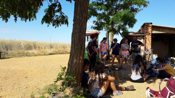 El camino, La Casa de Los Dioses - Isten Háza. A képen középen David Vidal, aki önként vállalta a zarándokok szolgálatát, körülötte pedig a spanyol iskolások csoportja.