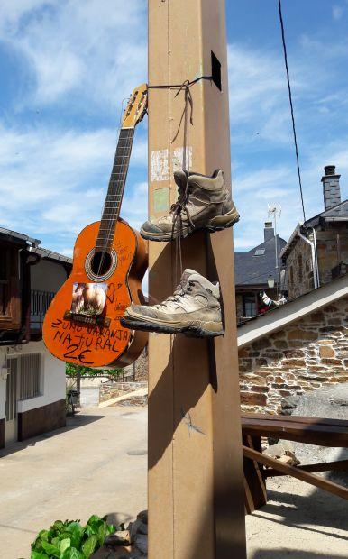 El camino, gitár és bakancs a villanypóznán :-)