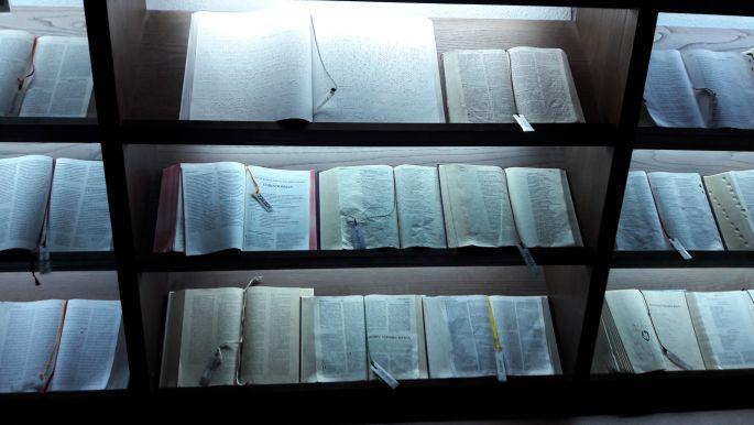 El camino, O Cebreiro templom, Biblia több nyelven
