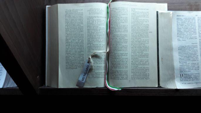 El camino, O Cebreiro templom, Biblia magyar nyelven