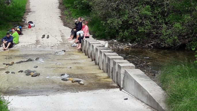 Kőhasábok a folyón híd helyett.