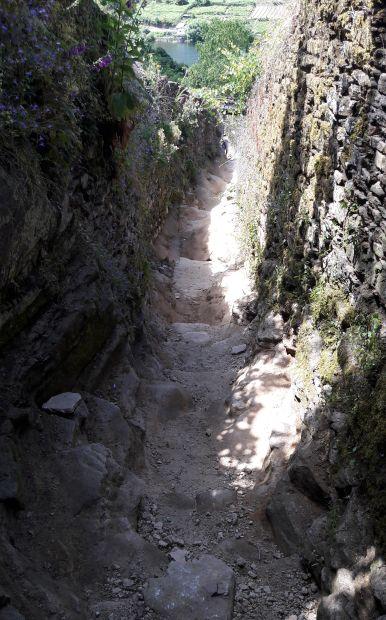 El camino, meredek köves út Portomarín előtt