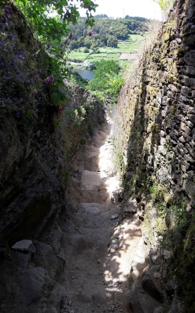 El camino, meredek ereszkedő Portomarín előtt