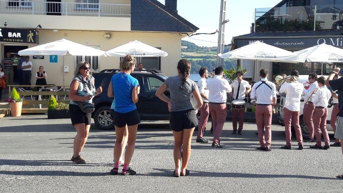 El camino, utcai zenészek Portomarínban, ott balra Erika, akinek már pezseg a vére a zenétől :-)