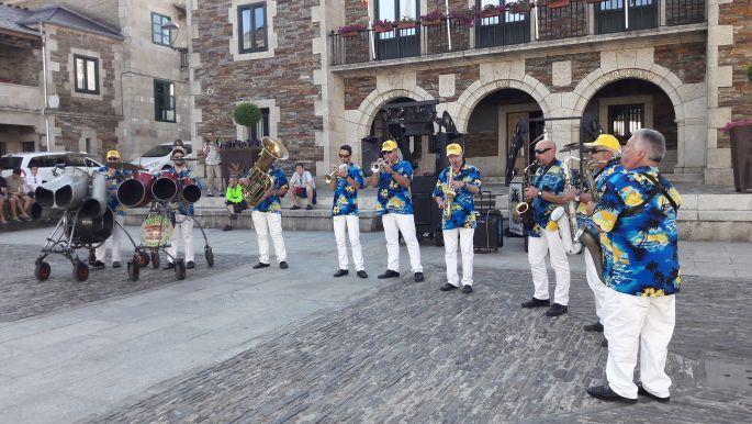 El camino, a kék inges old boys utcai zenészek Portomarínban