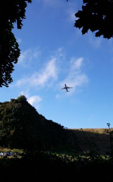 El camino, a lavacollai repülőtér és egy éppen felszálló repülő